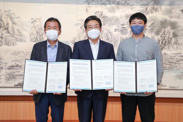 청년형 SDGs 협약식(왼쪽부터 고려대 오정리질리언스 이우균 원장, 김홍장 시장, SDSN Youth Korea 강동렬 총괄 간사)